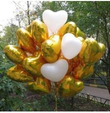 Фольгированные золотые сердца и белые воздушные шарики