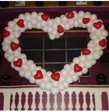 Белое сердце с красными сердцами из шаров