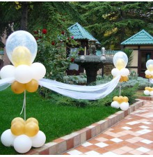 Ограда из шаров с тканью