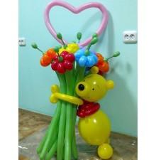 Винни с цветами из шаров
