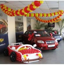 Гирлянда и фигура машины из шаров
