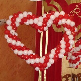 Бело-красное сердце из шаров