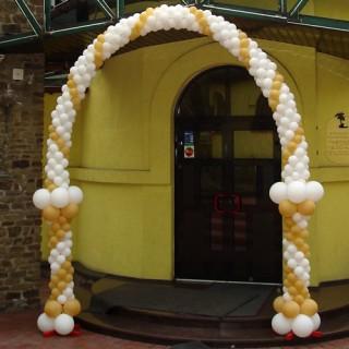 Бело-золотая арка из шариков