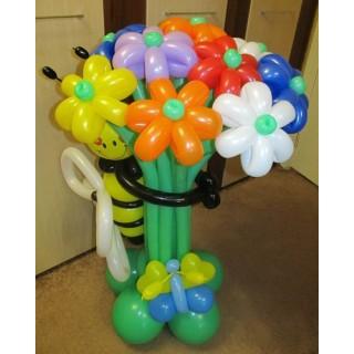 Букет цветов с пчелкой из шаров