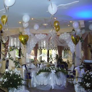 Оформление свадьбы шарами, тканями и цветами