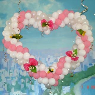 Свадебное сердце из шаров, украшенное цветами