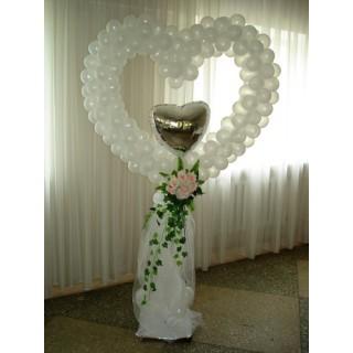 Белое сердце из шаров с фольгированным сердцем
