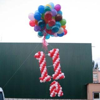 Номер класса из воздушных шаров + пучок гелиевых шаров