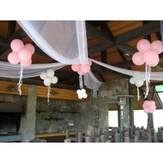 Украшение шарами и тканью потолка