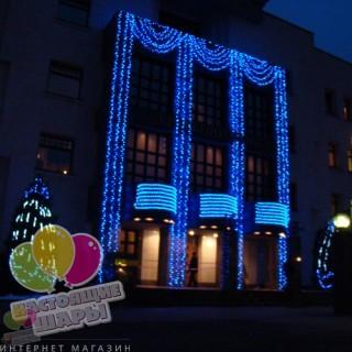 Синее световое оформление парадного входа